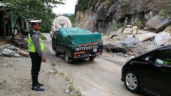 Diguyur Hujan Deras, Jalan Lintas Riau-Sumbar Tertutup ...