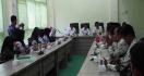 Para Guru Honorer Menangis di Kantor Bupati, Curhat Gaji Sebulan Rp 50 Ribu - JPNN.com