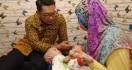 Ridwan Kamil Jenguk Bayi Kembar Siam di Bekasi - JPNN.com