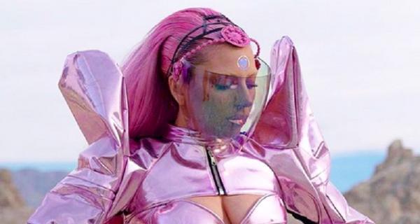 Lady Gaga Pakai Bando Desainer Indonesia di Video Klip Terbaru - GenPI.co