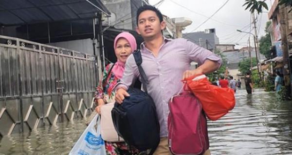 Mengungsi Kena Banjir, Staf Khusus Presiden Jokowi Tetap Ganteng - GenPI.co