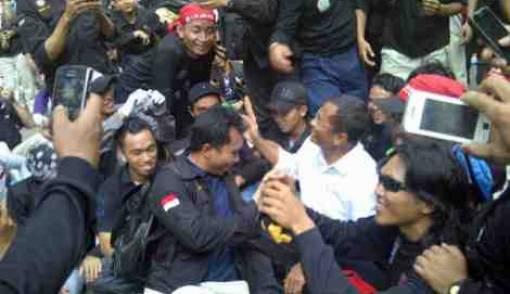 Jalan Kaki, Dahlan Jadi Pusat Perhatian Demonstran - JPNN.COM