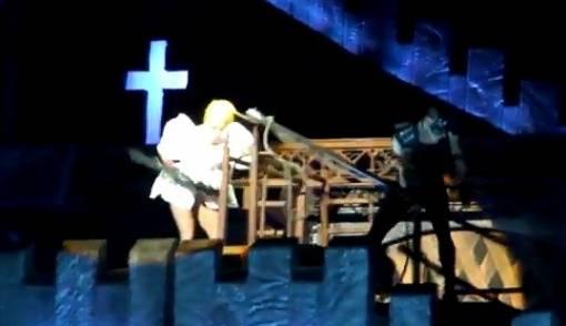Kepala Terbentur Tiang, Lady Gaga Gegar Otak - JPNN.COM