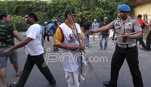 Dua Kubu Bentrok, Batam Mencekam - JPNN.COM