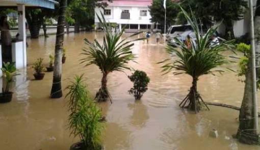 Banjir Bandang di Manado, Warga Dievakuasi ke Hotel - JPNN.COM
