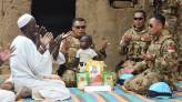 Lihat Nih, Pasukan TNI Bagikan Zakat Fitrah, Warga Lokal Afrika Bersyukur - JPNN.COM