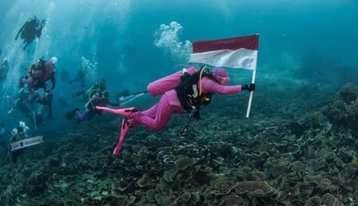 Luar Biasa! Istri Kapolri Pimpin Upacara HUT RI di Bawah Laut - JPNN.COM