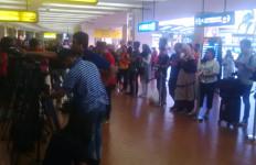 Fans Timnas Sabar Menanti di Bandara - JPNN.com