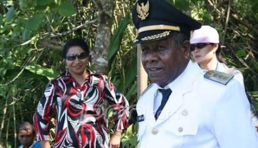 Eduard Fonataba, Bupati di Papua yang Dapat Tiga Penghargaan Muri - JPNN.COM