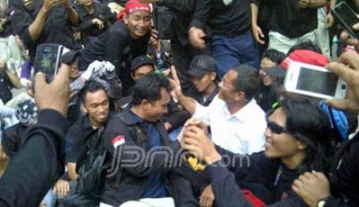 Dahlan Iskan Berbaur dengan Demonstran di Depan Istana - JPNN.COM