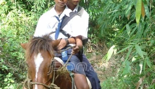 Perjuangan Moch. Sofyan dan Ahmad Said Naik Kuda untuk Bersekolah - JPNN.COM