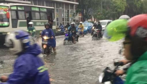Jakarta Diguyur Hujan, Sejumlah Ruas Jalan Tergenang - JPNN.COM