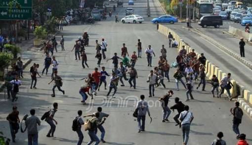 Ratusan Pelajar Depok Pukul Mundur Polisi, Untung Ada Warga - JPNN.COM
