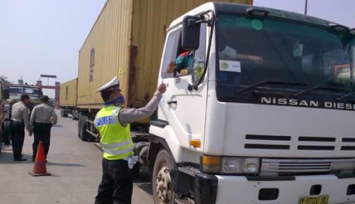 Dishub Sulit Tindak Kendaraan Berat di Jalan Raya Kalimalang - JPNN.COM