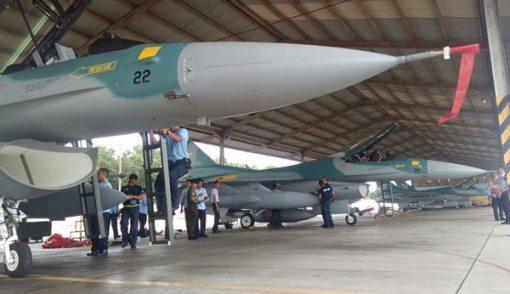 Lihat tuh, Dua Pesawat Tempur F-16 Sudah Mendarat - JPNN.COM