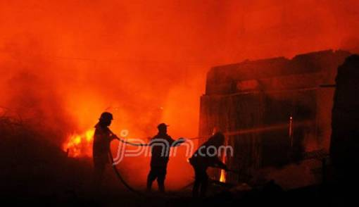 Sibuk Ngobrol dengan Tetangga, Tak Sadar Dapur Terbakar - JPNN.COM