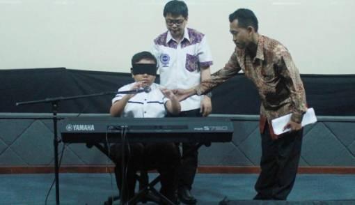 Main Keyboard dengan Mata Tertutup, Jefri Pecahkan Rekor Dunia - JPNN.COM