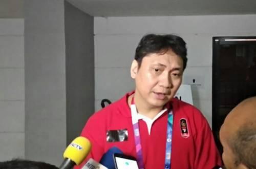 Pelatih Fictor Roring tampak mengenakan lakban di jerseynya. Foto: Amjad/JPNN.com