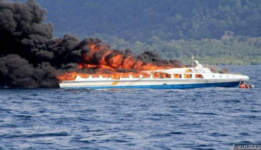 Kapal Bawa 72 Penumpang Terbakar di Perairan Banggai - JPNN.COM
