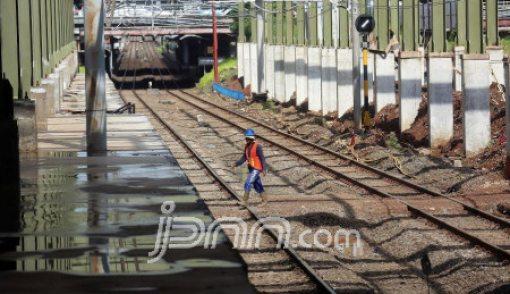 Nyebrang di Rel Kereta Api, Nyawa Pemuda ini Tak Tertolong - JPNN.COM