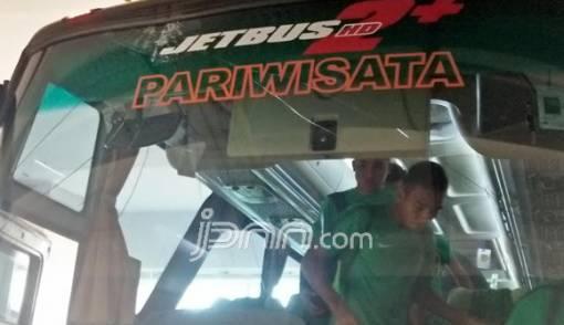 Pyarrr! Kaca Bus Timnas Indonesia pun Pecah - JPNN.COM