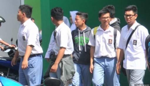 Siswa Tanggung Gaji Guru Honorer - JPNN.COM