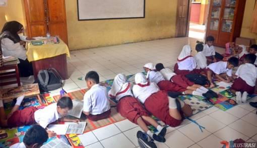 SDN Tanpa Meja Kursi, Warga Galang Dana - JPNN.COM
