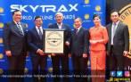 Garuda Indonesia Raih Trofi World's Best Cabin Crew - JPNN.COM