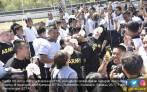 Asyik, Mahasiswa STTAL dan Kadet US Army Ikutan Lomba Makan Kerupuk - JPNN.COM