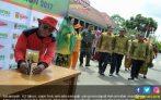 Kakek Johansyah, Sopir Truk Sampah Dipercaya Bawa Piala Adipura - JPNN.COM