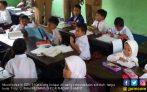 Siswa SDN Belajar Tanpa Kursi, di Kota Bro! - JPNN.COM