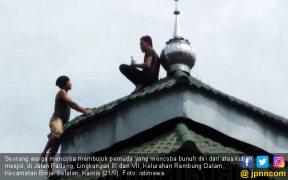 Lihat, Pria Ini Panjat Kubah Masjid Lalu Coba Bunuh Diri - JPNN.COM