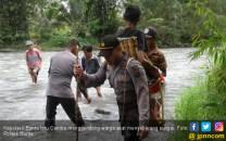 Kapolsek Gendong Warga Sakit, Jalan Kaki 5 KM Lewati Hutan - JPNN.COM