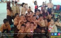 Meja Kursi Disita, Para Murid SD Ini Belajar di Lantai - JPNN.COM