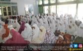 Kampus Terancam Ditutup, Mahasiswa Doa Bersama di Makam - JPNN.COM