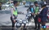 Duh, Sepuluh Polisi Dihukum Push - up di Lapangan - JPNN.COM