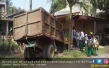 Diduga Teler, Sopir Truk Sampah Tabrak Rumah Warga, Alamak… - JPNN.COM