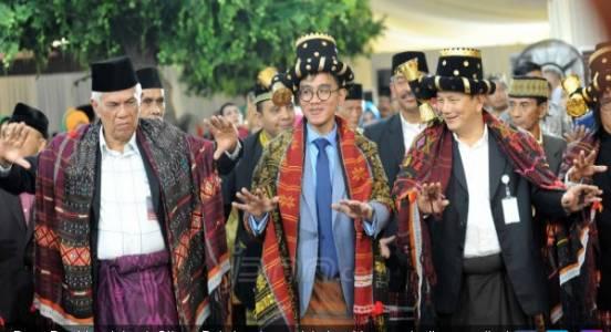 Sumbang Kerbau untuk Pesta Adat Pernikahan Bobby-Kahiyang - JPNN.COM