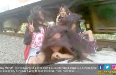 Crazy, Demi Selfie Ekstrem Malah Tertampar Angin Kereta Api - JPNN.com