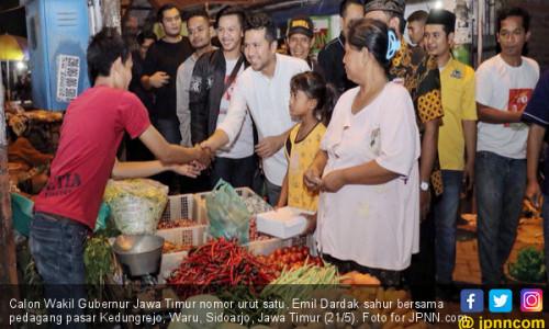 Seru, Emil Dardak Sahur Bareng Pedagang Pasar