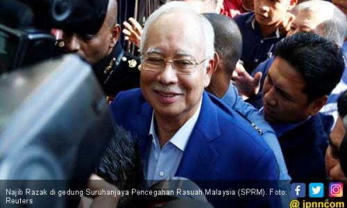 Senyum Najib di Markas KPK Malaysia