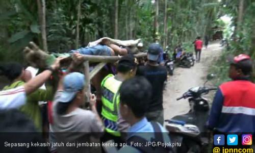 Pacaran Sambil Ngabuburit di Jembatan, Pasangan Terjatuh