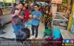 Ngabuburit, Anak Mbak Puti Jualan Takjil di Pasar - JPNN.COM