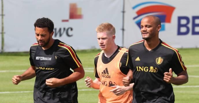 Tiga pemain Belgia (kiri ke kanan) Moussa Dembele (dari Tottenham Hotspur), Kevin De Bruyne (Manchester City) dan Vincent Kompany (Manchester City) latihan ringan. Foto: AFP