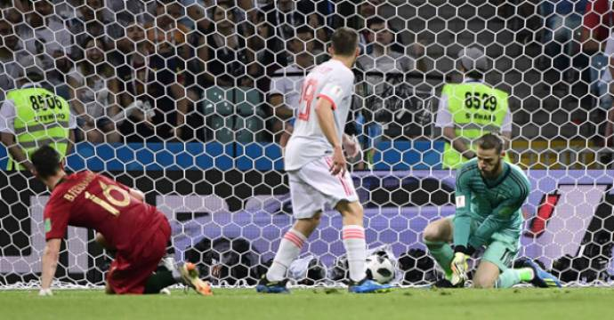 David De Gea (kanan) gagal menangkap bola dengan sempurna saat Portugal vs Spanyol. Foto: AFP