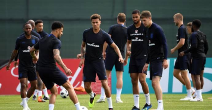 Dele Alli (tengah) saat latihan timnas Inggris. Foto: AFP