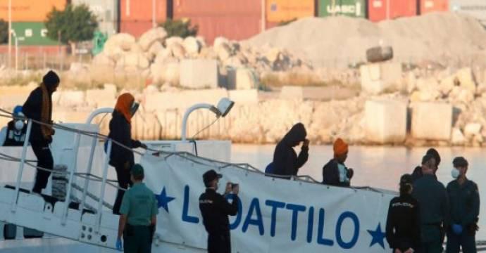 Migran Sub-Sahara tiba di pelabuhan Valencia, Spanyol. Foto: AFP