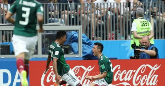 Pemain Meksiko Hirving Lozano (kanan) berselebrasi usai menjebol gawang Jerman. Foto: Angger Bondan/Jawa Pos/JPNN