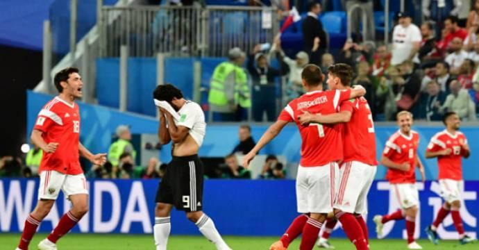 Pemain Rusia merayakan kemenangan di depan duka pemain Mesir. Foto: AFP