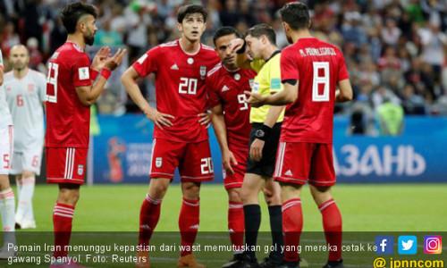 Gol ke Gawang Spanyol Dianulir, Staf Pelatih Iran Masuk RS
